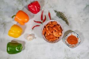 Hühnchen für die Jambalaya mit Paprikapulver würzen
