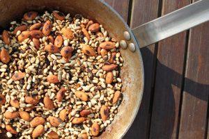 Mandeln und Pinienkerne für das Bärlauch Pesto anbraten