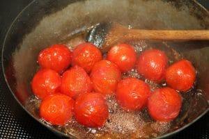 Tomaten mit Zucker und Rotweinessig anbraten