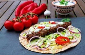 Adana Kebab im Fladenbrot mit Gemüse