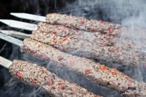 Adana Kebab grillen über Holzkohle