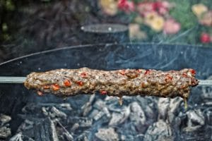 Adana Kebab auf dem Holzkohlegrill