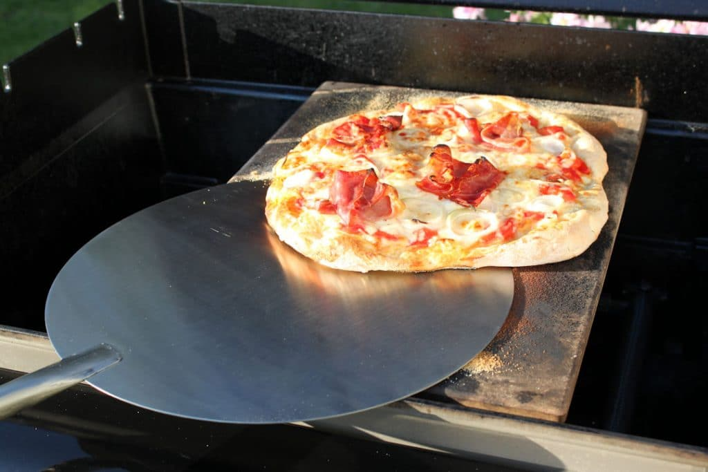Weber Holzkohlegrill Pizza : Pizza vom grill u2013 die ultimative anleitung futterattacke.de