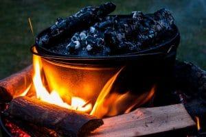 Der Dutch Oven auf dem Holzkohlefeuer