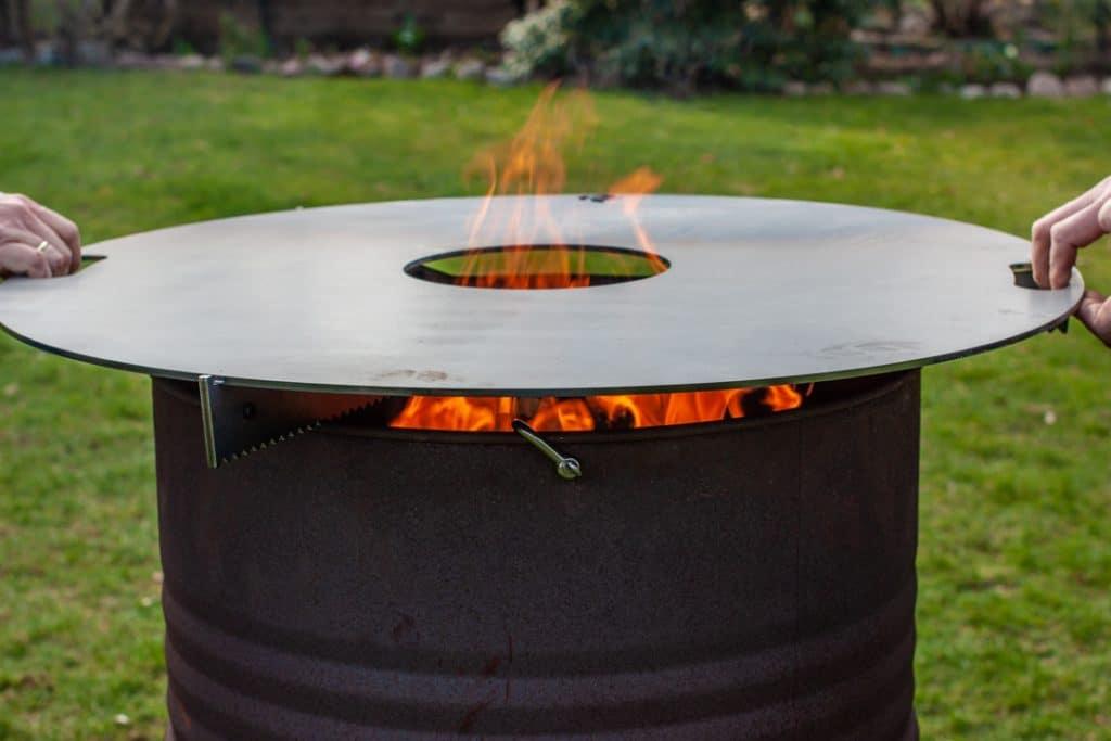 Feuerplatte auf Feuertonne setzen