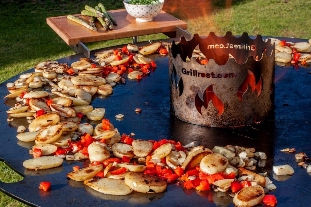 Bratkartoffeln und Fisch von der Feuerplatte