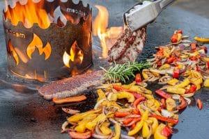 Flanksteak und Gemüse auf der Feuerplatte