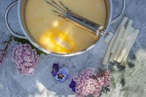 Spargelsuppe mit Butter