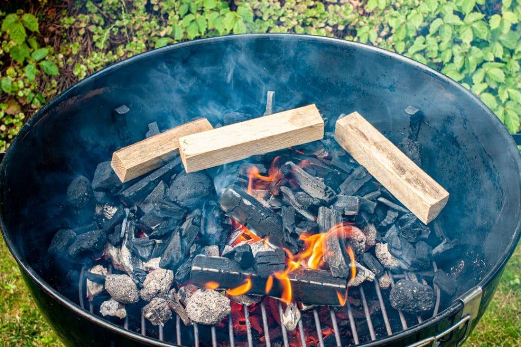 Holzscheite auf der Kohle