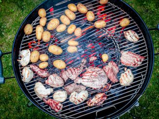 Kartoffeln und Fleisch vom Holzkohlegrill