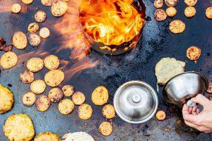 Burgerglocke auf der Feuerplatte
