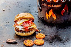 Hamburger auf der Feuerplatte