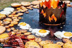 Hamburger, Bacon, Spiegelei auf der Feuerplatte