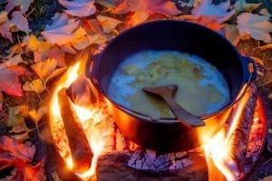 Suppe kochen an der Feuerstelle
