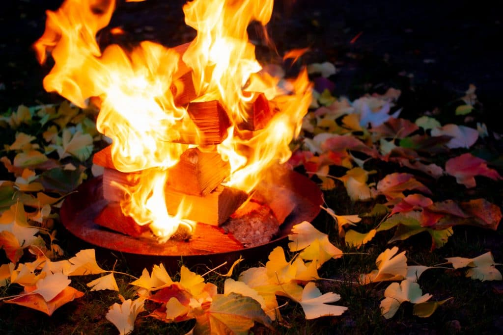 Feuerstelle mit Herbstlaub