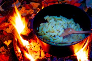 Dutch Oven auf dem Feuer