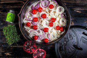 Hähnchen in Weissweinsauce aus dem Dutch Oven mit Tomaten