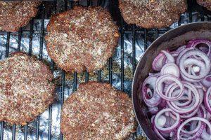 Patties für Hamburger räuchern