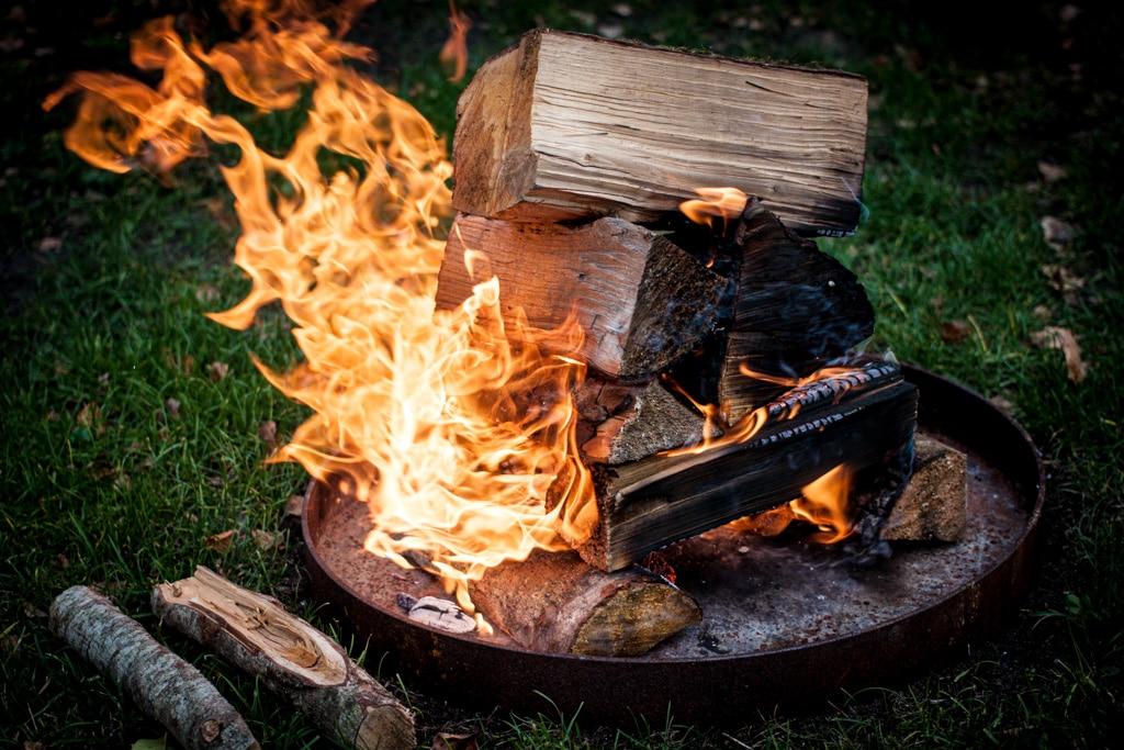 Feuerstelle: Holz entzünden