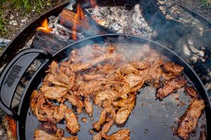 Rindfleisch in der Grillpfanne für Bulgogi anbraten
