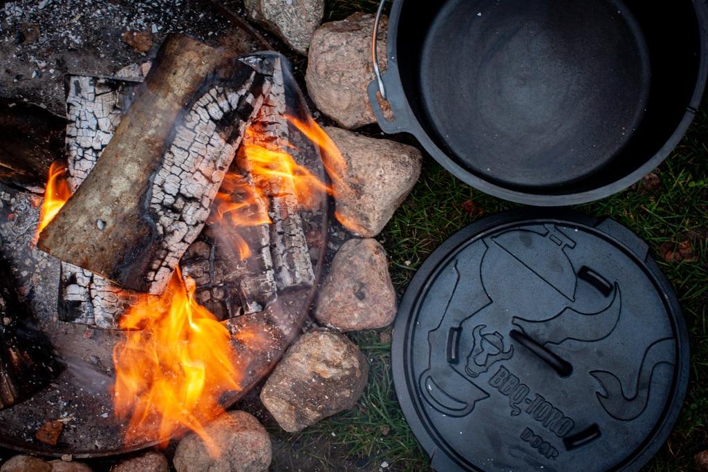 Dutch Oven an der Feuerstelle