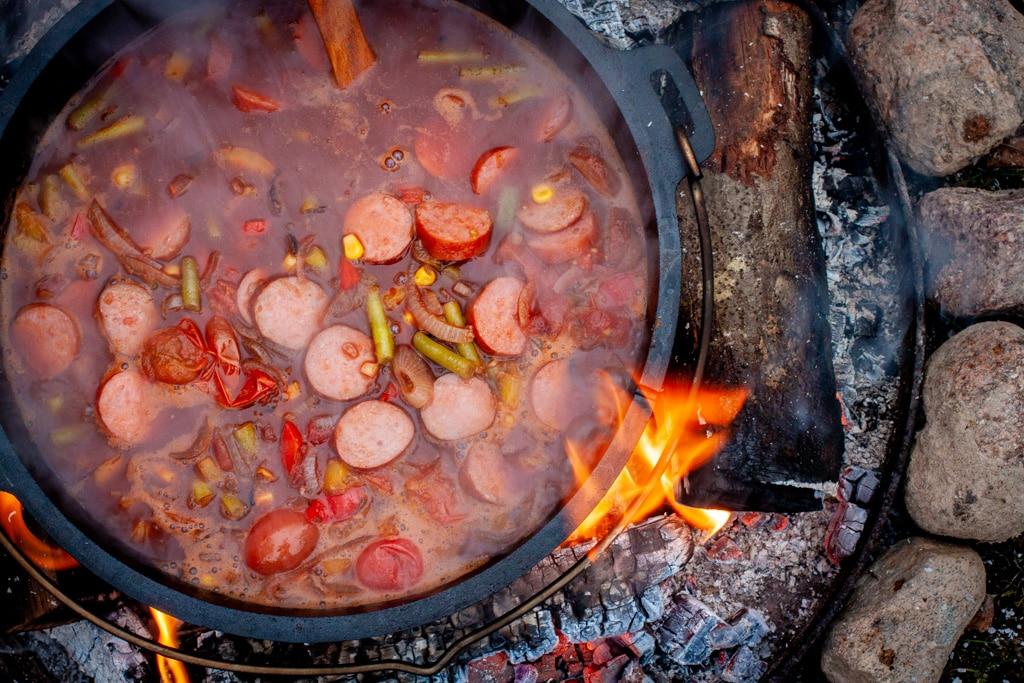 Cabanossi-Suppe aus dem Dutch Oven