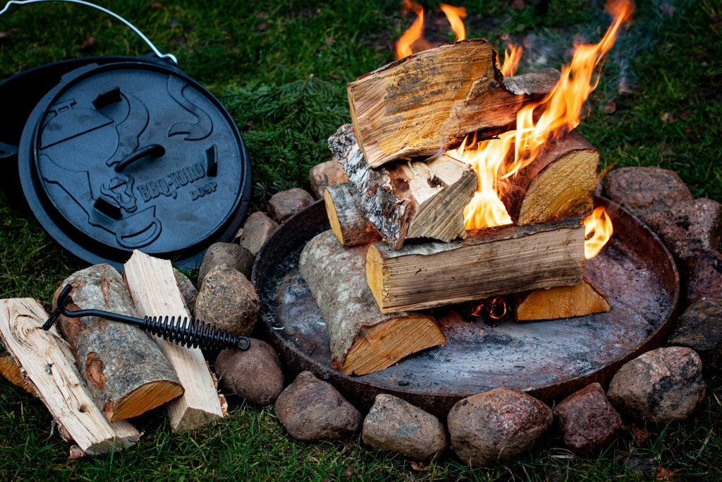 Holz entzünden Feuerstelle
