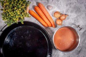 Sauce und Möhren für die Hähnchenpfanne