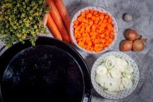 Möhren und Zwiebeln schneiden
