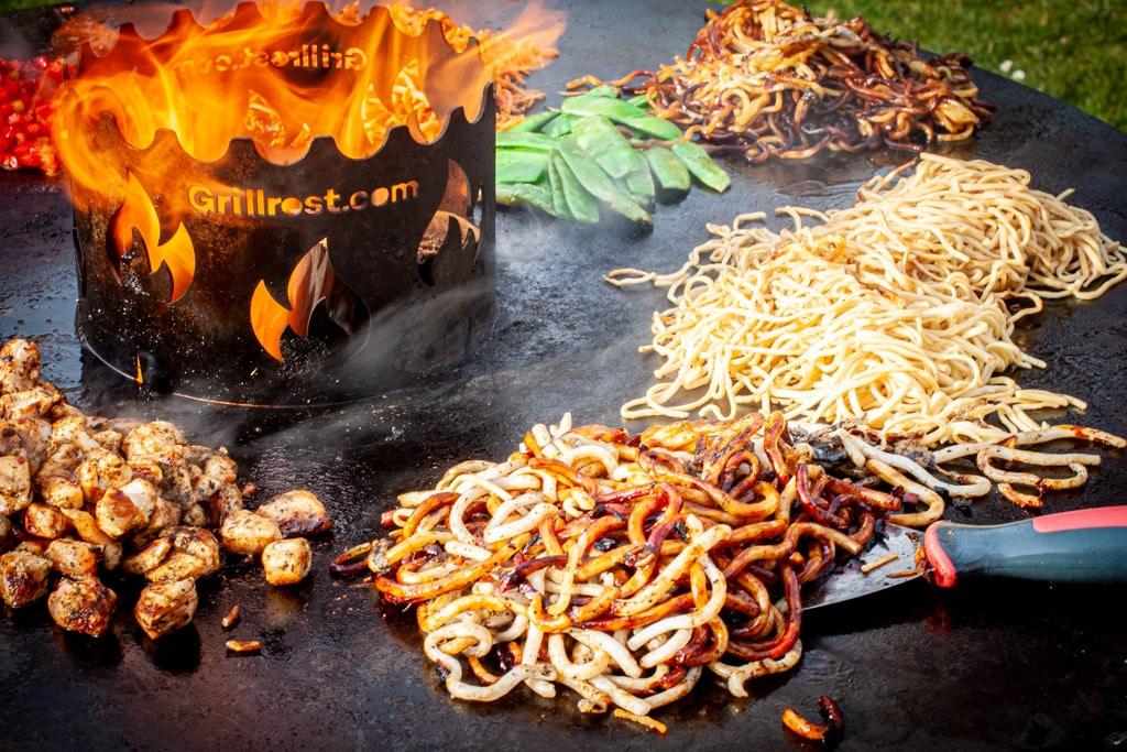 asiatische Nudeln auf der Feuerplatte von grillrost.com