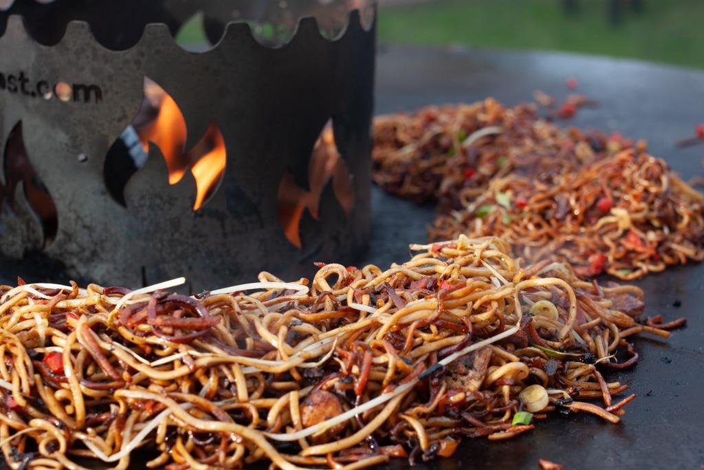 Asia Nudeln auf der Feuerplatte