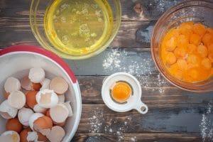 Eier für den Baumkuchen trennen