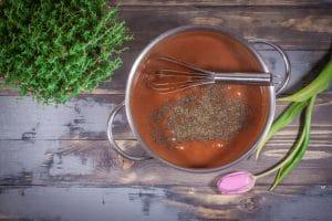Bratensauce mit Pfeffer und Salz abschmecken