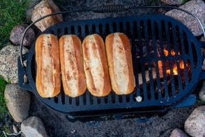 Hot Dog Brötchen auf dem Grill