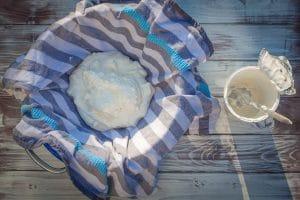 Molke aus dem Joghurt abtrennen