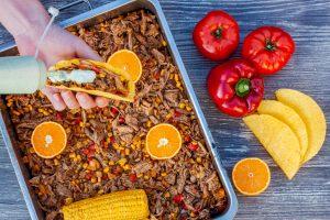 Mexikanisches Pulled Pork im Taco Shell mit Koriandersauce