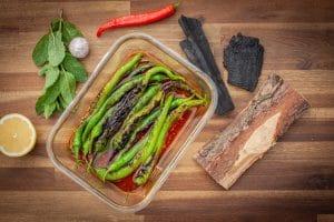grüne Paprika in Knoblauchöl