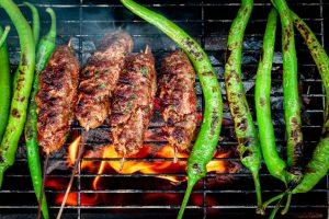 Köfte und grüne Paprika auf dem Grill