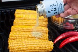 Mais auf dem Grill salzen mit Stay Spiced!