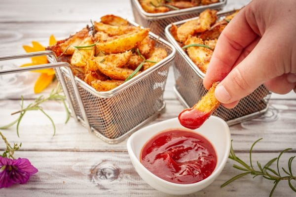 knusprige Country Wedges mit Ketchup