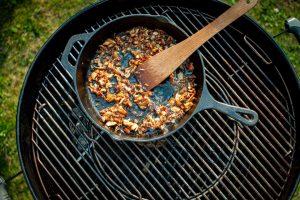 Hähnchenhaut anbraten auf dem Grill