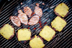 Hamburger-Patties mit Käse und Speck