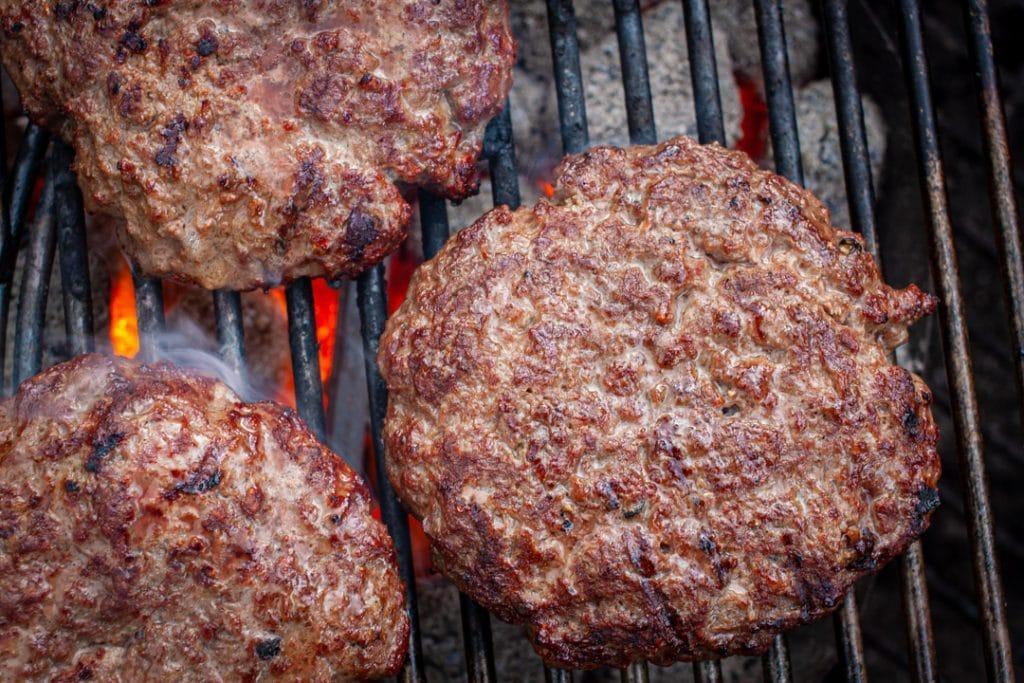 Patties für Hamburger grillen