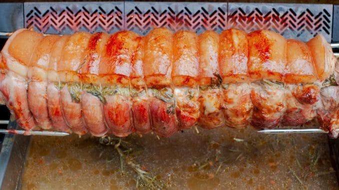 Porchetta am Drehspieß auf dem Gasgrill