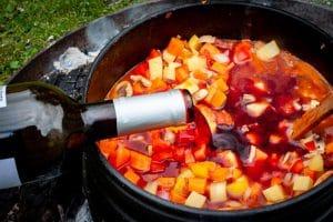 Rotwein oder Traubensaft für den Bauerntopf