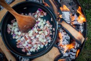 Speck und Zwiebeln für den Bauerntopf anbraten