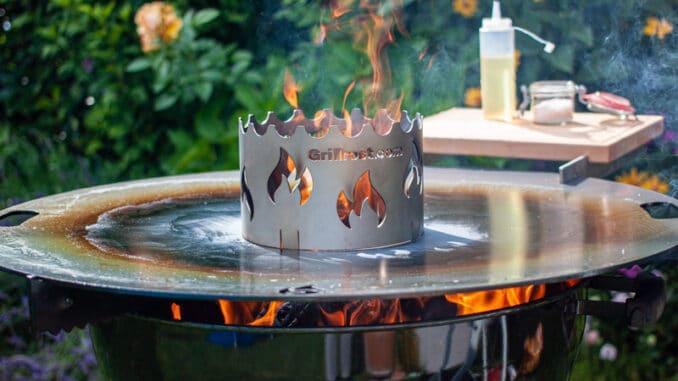 Feuerplatte auf dem Kugelgrill