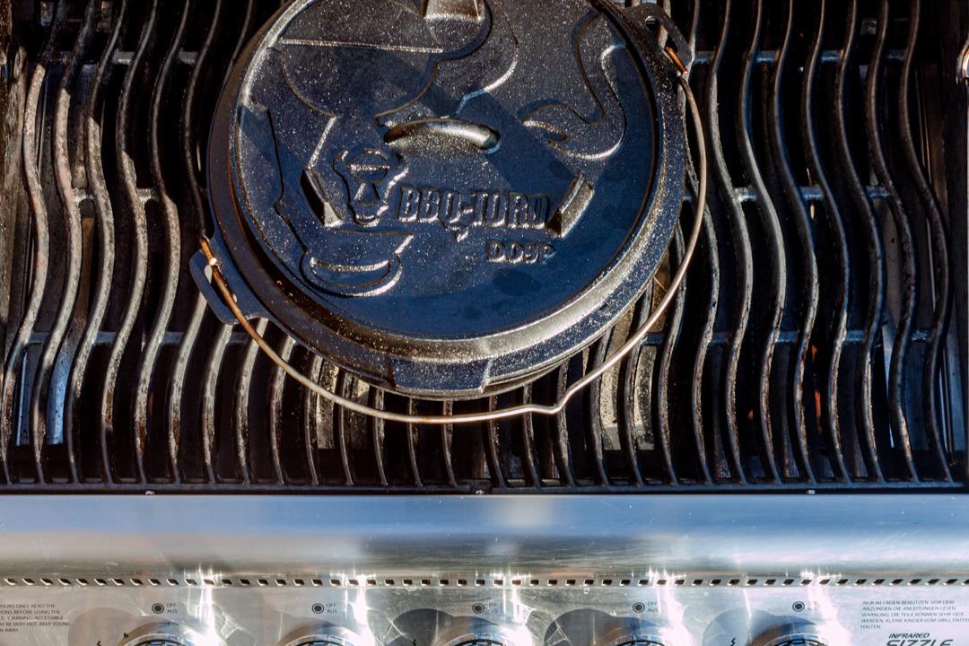 Dutch Oven geschlossen auf dem Gasgrill