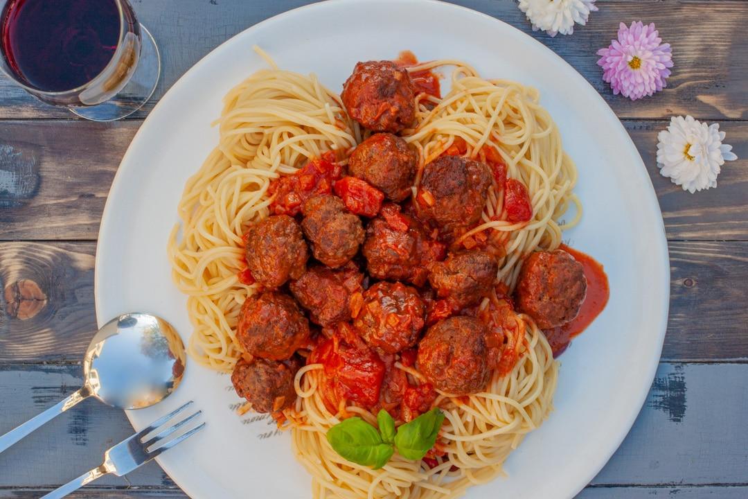 Hackbällchen mit Tomatensoße und Spaghetti