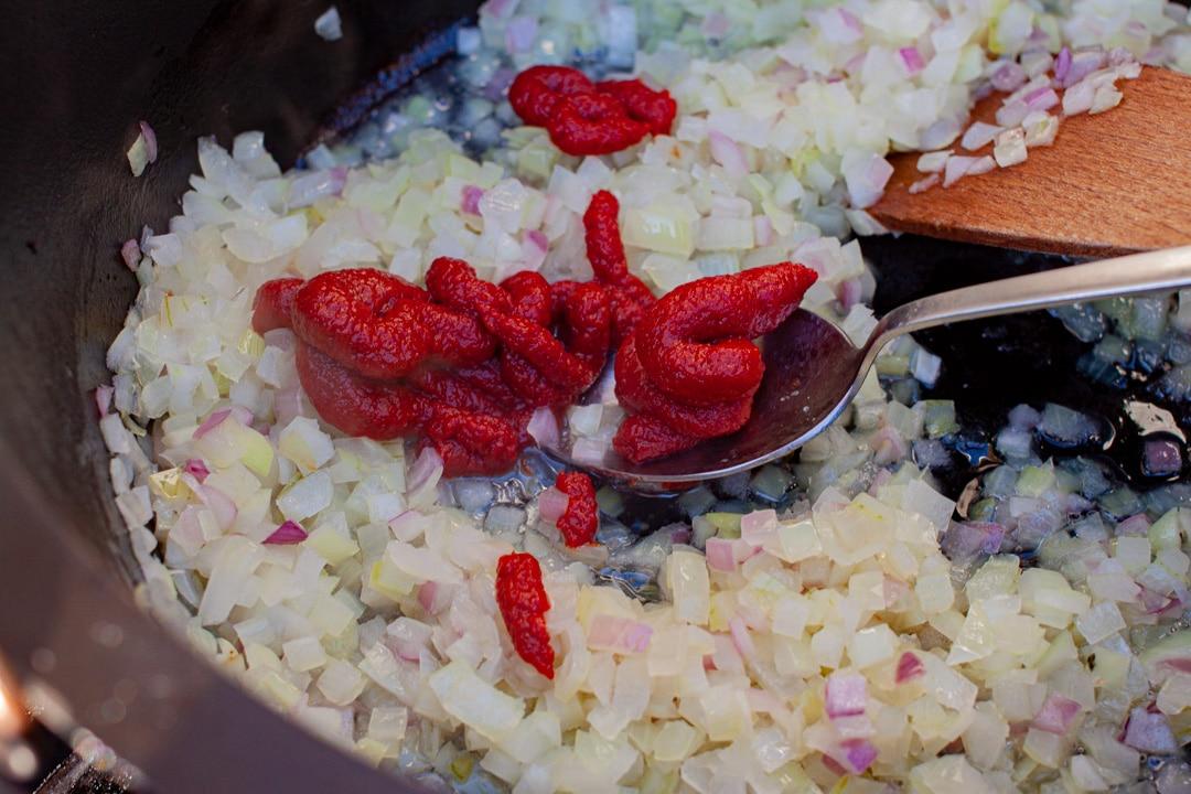 Zwiebeln und Tomatenmark braten